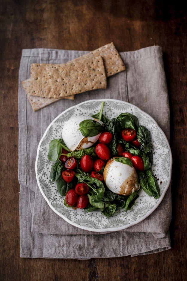 caprese agli spinaci con pomodori datterini, mozzarella di bufala campana DOP e aceto balsamico di Modena IGP