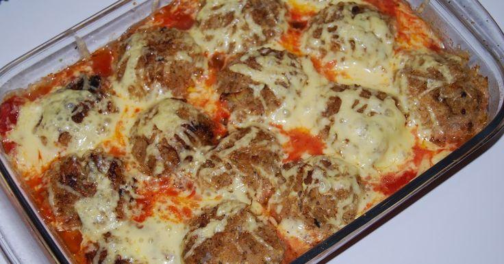 Jedną z moich ulubionych potraw są gołąbki. Dzisiaj mam dla Was wersję dla leniuszków.  Gołąbki bez zawijania, zapiekane w sosie pomidorowym...