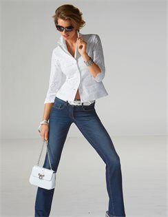 Breiter Armreif , Schmale Damen-Jeans mit Push-up-Effekt , Blusenjacke mit Stickerei , Sonnenbrille in Cat-Eye-Form, Ledergürtel mit eckiger Schließe