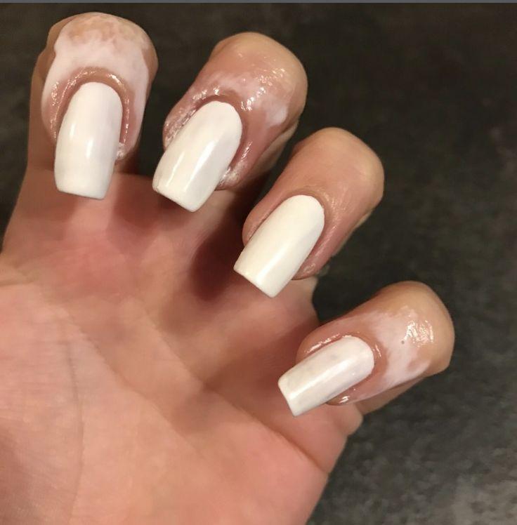 unghie bianche, con la pellicola anti sbavatura pronte per essere decorate con il teschio di halloween
