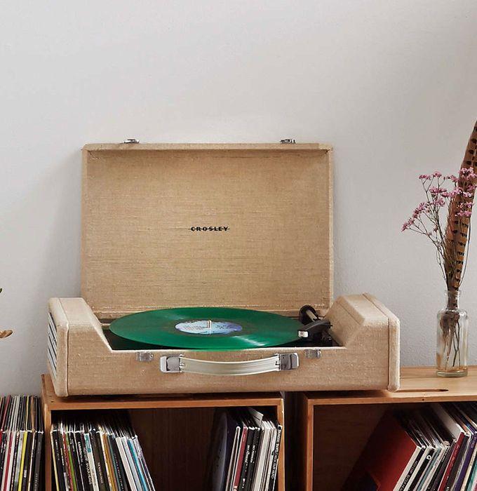 De vintage platenspeler Crosley Nomad is een koffer platenspeler, afgewerkt in natuurlijk materiaal. #vintage #retro #record #meubel