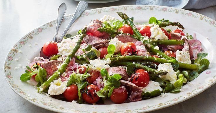 Den här salladen går lika bra att göra på rester av grillat kött eller kyckling, skiva tunt och häll på den goda dressingen – klart!