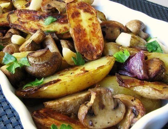 Картофель запеченный с грибами, красным луком и чесноком<br><br>Ингредиенты:<br>- 10-12 клубней картофеля, нарезанных вдоль пополам;<br>- 10 августовских шампиньонов, нарезанных пополам;<br>- 1 красный репчатый лук, крупно нарезанный;<br>- 4-5 неочищенных зубчика чеснока;<br>- 2 ст. ложки оливков..