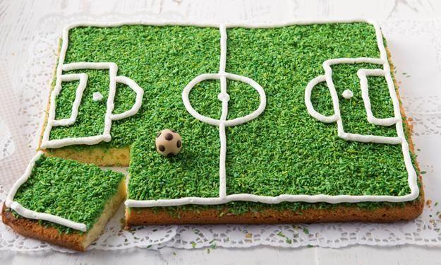 Fußballtorte / Fußballkuchen. Das Fußballfeld besteht aus eingefärbten Koksraspeln!