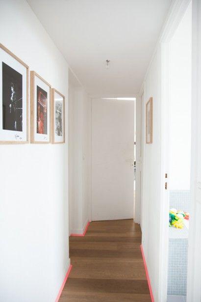 La bonne idée pour relooker un couloir : peindre les plinthes en rose fluo ! Une façon esthétique et punchy de raviver un couloir trop classique...