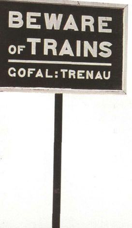 Для более, чем полумиллионного населения, говорящего на валлийском языке, установлены указатели на двух языках: английском и валлийском, как этот дорожный знак на станции Девилз-Бридж Рейдолской железной дороги, Дьюфед.