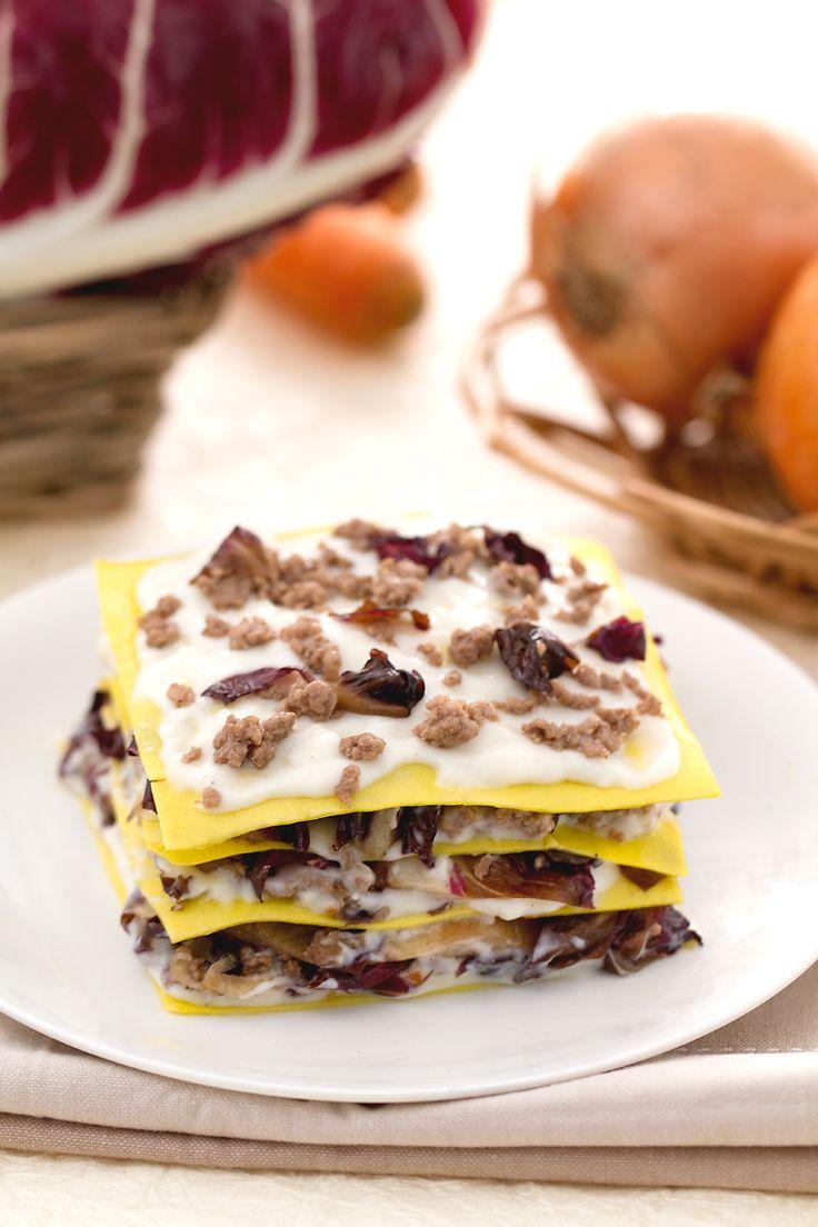 Pranzo della domenica con parenti e amici? Conquistali tutti con questa deliziosa #lasagna al #radicchio e #montasio. (montasio #cheese e radicchio lasagna) #Giallozafferano #recipe #ricetta #lasagne #italianfood