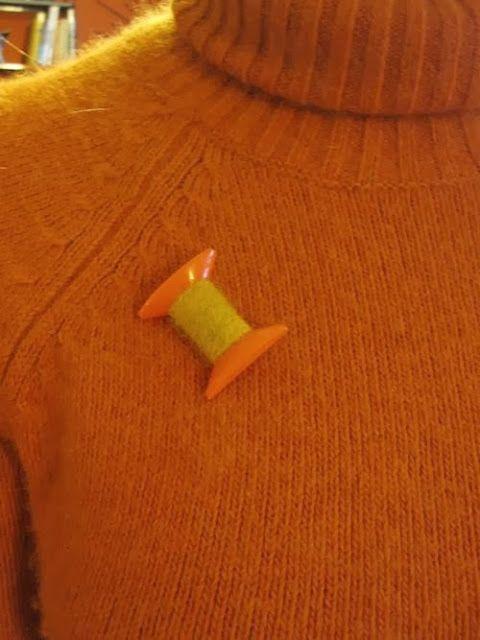 broche bobine de fil - années 70 vintage 70s spool of thread brooch