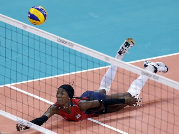 United States' Destinee Hooker saves the ball during a women's preliminary volleyball match against Turkey at the 2012 Summer Olympics, Sunday, Aug. 5, 2012, in London. (AP Photo/Jeff Roberson) (Associated Press) / SA