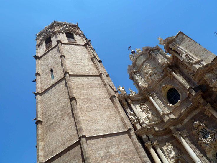 La visita al #Micalet tiene un precio de 2€ lo cual no es excusa para eludirlo de tu agenda, pero subir su escalera de caracol de 207 escalones hasta la terraza requiere un poco de esfuerzo con un premio final que bien lo merece. Una vez en la terraza tendrás la oportunidad de disfrutar de una de las vistas de #Valencia más especiales y únicas posibles. http://www.guias.travel/blog/una-torre-emblematica-de-valencia/ http://www.hotelesvalencia.es/zona/alrededores-de-la-catedral/