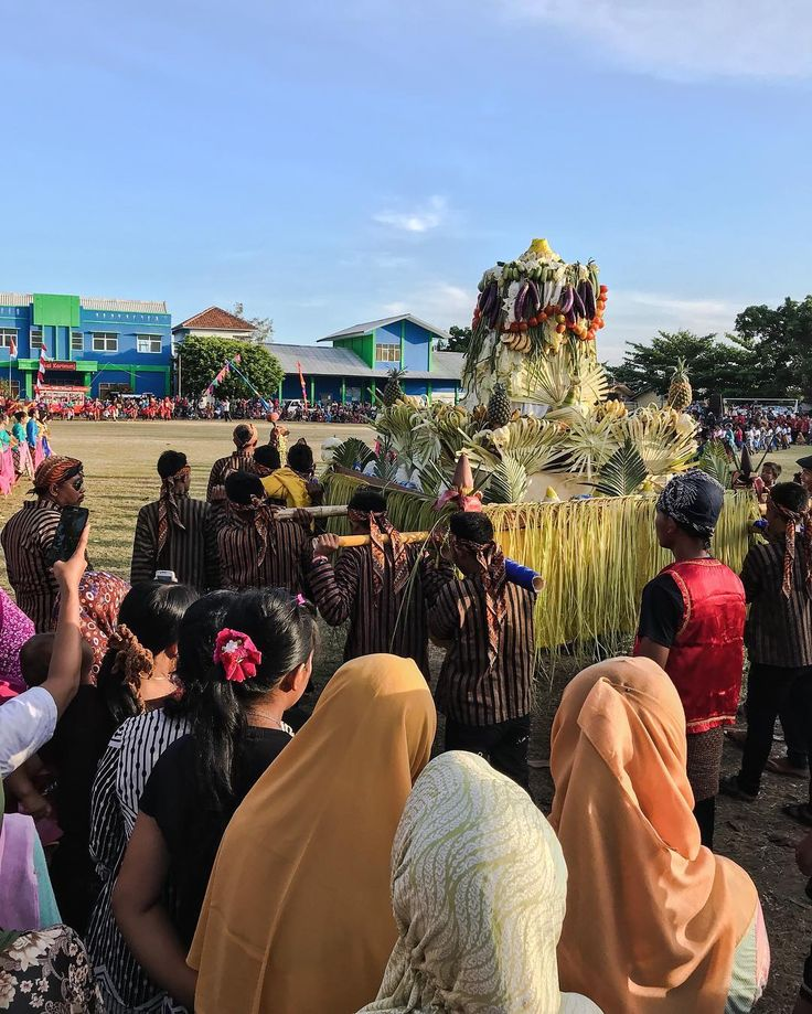We got to watch the Barikan Festival 2017 on Karimunjawa Island last week which is a festival for giving thanks. This is a big pyramid of rice and other food called a tumpeng. They threw the very tip of the yellow rice into the ocean! You can watch the video about this by clicking the link in the bio and watching the latest video. @martinjohnsonhd During our trip to Karimunjawa we stayed at a beautiful resort called Jiwaquest Breve Azurine. Check it out by going to their Instagram or…