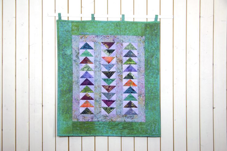 Outstanding Abstract Modern double-sided Quilt Patchwork UP AND DOWN, Arrow Quilt, Wall Hanging, Wall Décor, Home Décor Green, Violet, Red von SolvejgMayerQuilts auf Etsy