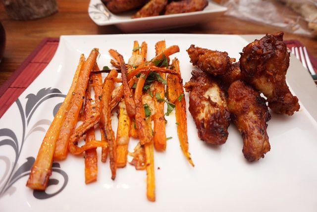 Lust auf super leckere low carb Karotten-Pommes? Ohne Parmesan sogar vegan. Das vegane low carb Gericht gibt es auf meinem Foodblog aus Köln.