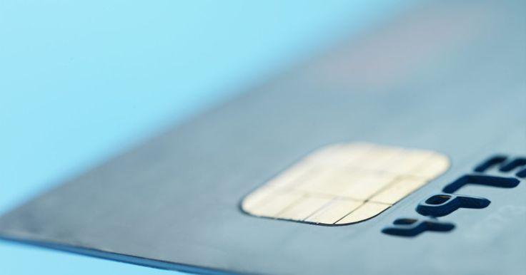 Diferencia entre las tarjetas con banda magnética y con chip y código. Las tarjetas con chip y código son tarjetas de crédito o débito que integran tienen un pequeño microchip al frente de la tarjeta. Éste permite que el usuario establezca un número de acceso para la tarjeta. La tarjetas con chip y código se creen que son más seguras que las tarjetas de crédito regulares aunque no se requiera una verificación.