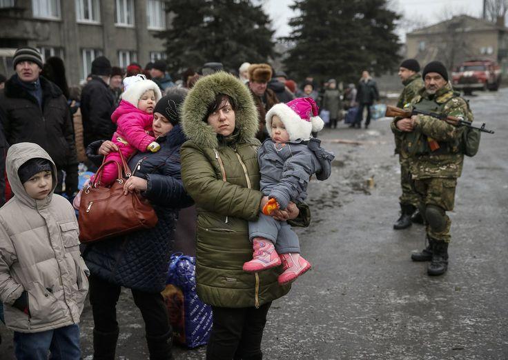 Via Laurent Brayard Évacuation de civils du #Donbass par les insurgés, hiver 2015