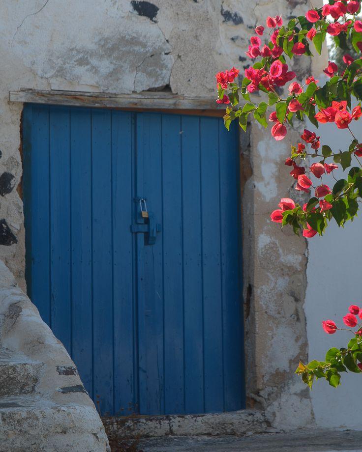 Santorini, la isla de las cúpulas y los atardeceres mágicos / Vero Palazzo - Home Deco Santorini, Palazzo, Tall Cabinet Storage, Ali, Garage Doors, Windows, Outdoor Decor, Furniture, Home Decor