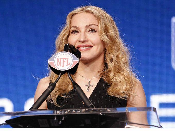 La diva del pop quien tiene 53 años, por fin cubrió el espectáculo de medio tiempo del Super Bowl XLVI, en donde sólo contaba con 12 minutos para hacer historia.  Para comenzar cantó un una memorable melodía que nos remonta a los años 90, Vogue. Salió vestida de romana; con un atuendo muy conservador para la personalidad de Madonna; además los movimientos de baile se veían lentos, la reina de pop parecía falta de agilidad desde el televisor.