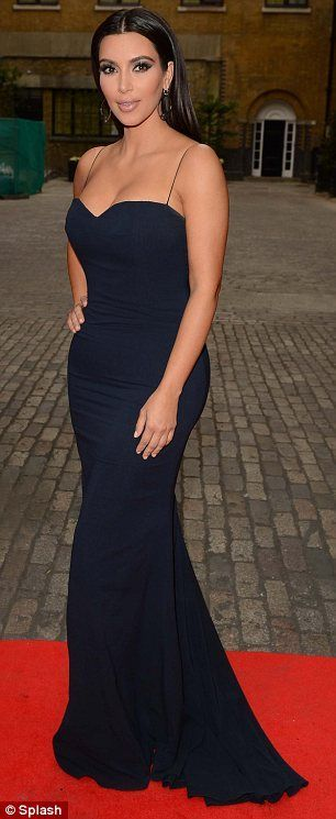 Vestido festa longo tomara que caia  da Kim Kardashian