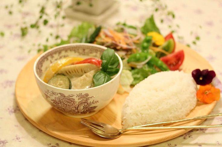 今日の夕食�� 2017.5.4.Thu. * * * #グリーンカレー (green curry) #ジャスミンライス (jasmine rice) #カラフルサラダ (colorful salad) * * 昨夜 娘とパパとで美味しいお昼ごはん食べに行こうと盛り上がったらしく 今日は衣替えそっちのけで一緒にお出掛けしちゃいました�� さすが連休で狙ってたお店は長蛇の列。 私は待つの平気だけど 後のお二人は待てない人。そこから変更で煮干しラーメンの玉五郎本店に行くことに、、、天神橋筋にある本店は凄い細い路地にあって全然どこにいるのか???な感じ。家の近くにもあるお店だけど 本店のはやっぱり美味しかった〜(*´ч`*)その後 お隣りの美味しそうな生ジュース屋さんでミックスジュース飲んだり鯛焼き食べたり 短時間で思いっきり楽しんできましたぁ꒰๑˃꒵˂꒱◞ ♪⋆ฺ。その後 娘が友達と約束してるからと大急ぎで帰宅。 * 今夜は 私がおやすみモードなので ちょうど材料が揃ってたのもあって 時短でできるグリーンカレー。鶏肉 たけのこ 茄子 シイタケ パプリカ ズッキーニ…