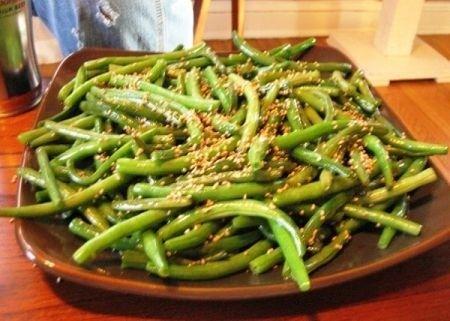 Sbollentare i fagiolini. In padella tostare il sesamo, passare i fagiolini cineuq minuti e aggiungere un cucchiaino di olio e uno di salsa di soia
