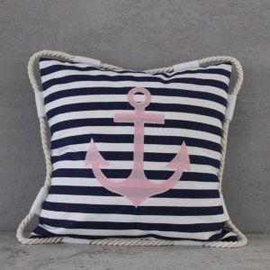 Jaś Baby Girl Marine. Wykonana z dekoracyjnej tkaniny Home Decor, z wyjmowanym wkładem antyalergicznym.  Poszewska zapinana na zamek kryty.  Produkt uszyty ręcznie, z najwyższą starannością i precyzją.