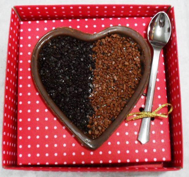 Coração de chocolate recheado com brigadeiro gourmet para comer de colher