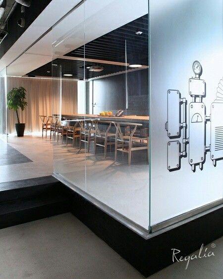 Nasz stół Platinum jest na co dzień wykorzystywany jako stół biurowy. Kiedy istnieje potrzeba dużego spotkania, rozsuwa się scianka oddzielajaca i tworzy sie jedna duza przestrzeń. Pomysł architekta Michała Anwajlera :). #regaliapolskamanufaktura #staredrewno #staredeski #platinumtowers #warszawa #buiro
