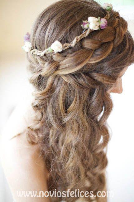 Peinado semirecogido con corona de trenzas y cabello ondulado