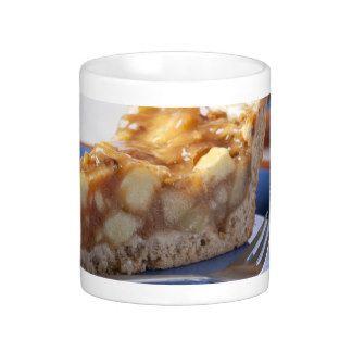 Appeltaart cake in een mok /  * 4 eetlepels bloem * 2 eetlepels bruine basterdsuiker * 1 ei * 3 eetlepels melk * 2 eetlepels plantaardige olie * Snufje kaneel * 1/2 of 1/3 appel ---  Schil de appel en snijd hem in kleine stukjes. Was de rozijnen. Meng de droge in een mok en voeg daarna al roerend de overige ingrediënten toe. Meng de klonten eruit en plaats het geheel voor anderhalve tot twee minuten in de magnetron, op de hoogste stand.