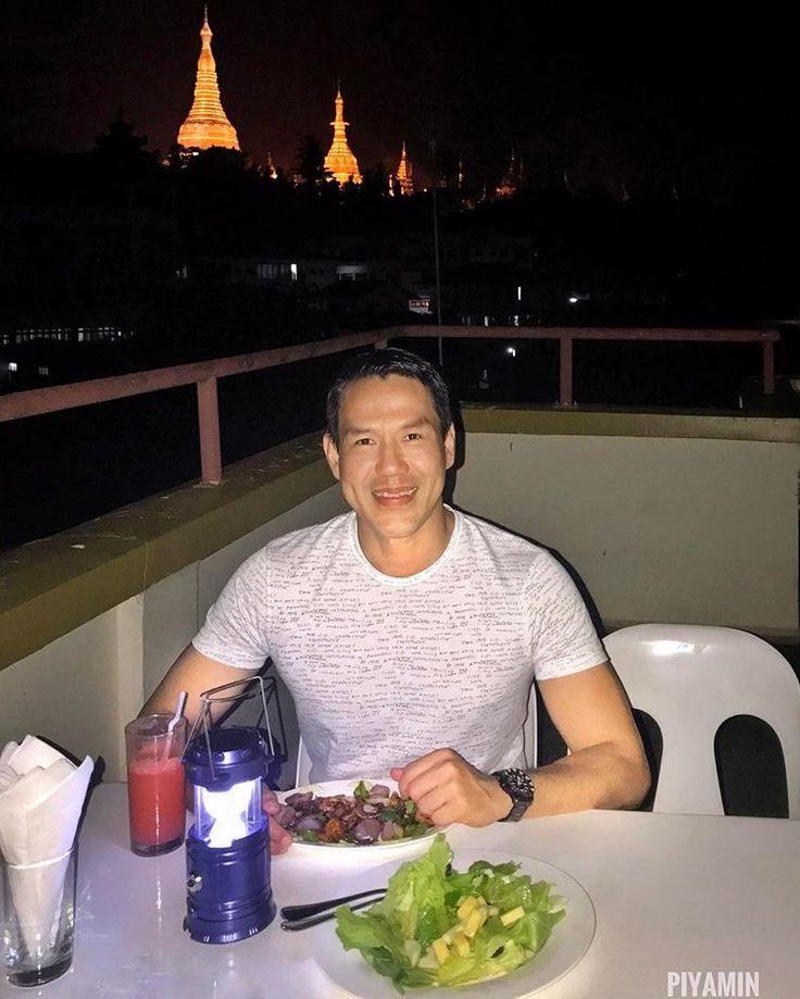 What a nice rooftop restaurant with the background of the Shwedagon Pagoda. 😍 #merchantartboutiquehotel #visitmyanmar2017 #thaiguy #rooftop #myanmarnewyear2017 #yangon #myanmar #dinner