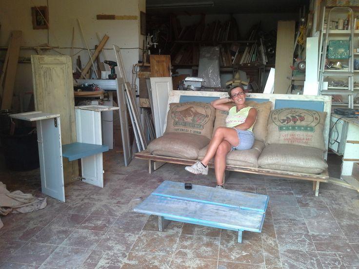 vecchie porte e scuri che diventano divano e sedute per un allestimento scenico prima, per un patio dopo.