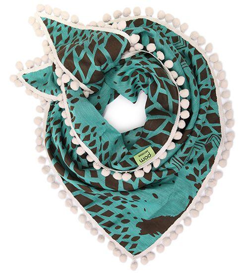 Het dessin bevat geometrische vormen hartjes en.. wolven. De shawl is geweven en daarom aan beiden zijdes te dragen.