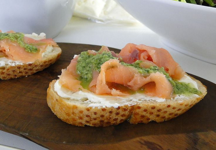 Faça você mesmo uma deliciosa Brusqueta de cream chesse com salmão defumado e pesto de rúcula: https://www.casadevalentina.com.br/blog/LUCILA%20RECEBE%3A%20RENATA%20CRUZ%20BY%20BRASTEMP ----  Do yourself a delicious Bruschetta of cream cheese with smoked salmon and arugula pesto: https://www.casadevalentina.com.br/blog/LUCILA%20RECEBE%3A%20RENATA%20CRUZ%20BY%20BRASTEMP
