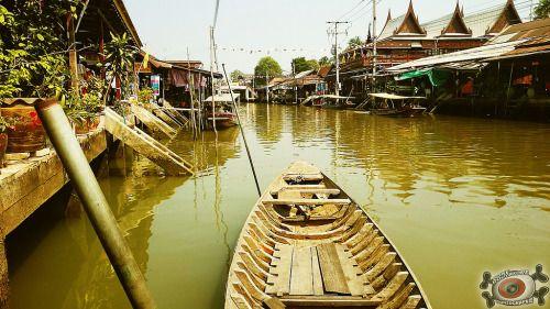 Amphawa mon amourIgnoré de tous les guides touristiques, agences de booking tickets et agences de voyages en France et probablement ailleurs, boudé car tout simplement méconnu de la plupart des touristes occidentaux, Amphawa Market est sans nul doute un endroit à visiter.[[MORE]]A moins de 2h de route au sud ouest de Bangkok, près de la cote se trouve Amphawa, une petite cité de caractère, qui a sut garder son charme et son authenticité malgré le tourisme (touristes : chinois, coréens et…