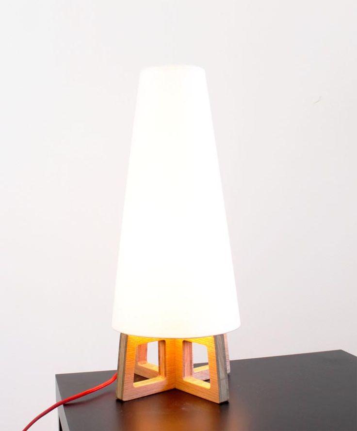 La lampe Justine en bois massif et lin en ligne sur Cute.fr : http://www.cute.fr/lampe-justine-en-chene-massif-blumen,fr,4,blumen-lampe-justine.cfm