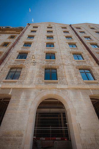 Les Docks Marseille... c'est : 365m de long comme les 365 jours de l'année, 52 portes comme les 52 semaines de l'année, 7 niveaux comme les 7 jours de la semaine, 4 cours intérieures comme les 4 saisons...