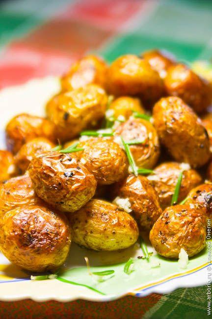 Этот гарнир замечателен тем, что подготовка картофеля перед отправкой в духовку займет у вас несколько минут, зато готовым он будет радовать и глаз, и обоняние.
