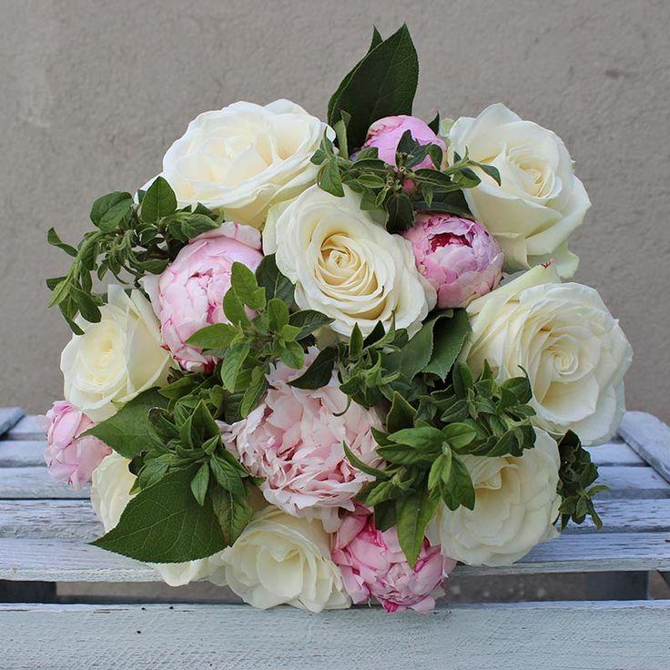 Ramo de Rosas Blancas y Peonías Rosas | Floristería Bourguignon #peony #bouquet