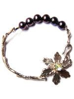 Armband Forest Tale Designed by Nadine Kieft Jewelry  Armband van eerste gehalte zilver (925 sterling zilver). Topaas, donkere zoetwaterparels.