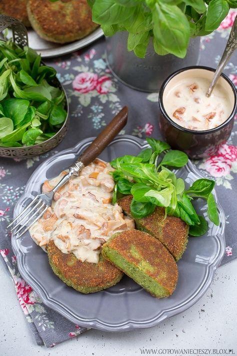 Kotlety z bobu w sosie kurkowym / Fava bean patties with chantarelles sauce