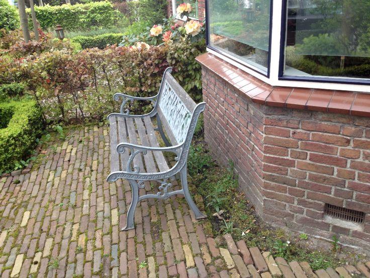 Ons tuinbankje before, voortuin, erker