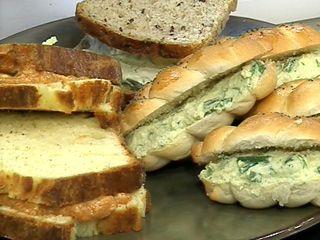 Recetas: Narda Lepes / Variedad de  sandwiches (con huevo y tomate, queso brie y mostaza, manteca de tomate,salmón y krein, tapenade, inglés)