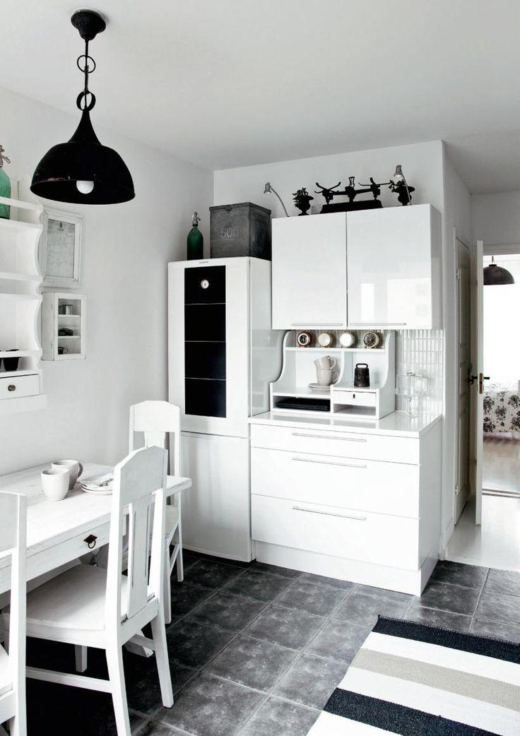 Valkoinen keittiö on sekoitus modernia ja rustiikkia. | Tyyli vaihtoon | Koti ja keittiö | Jonna Kivilahti | Kuva Krista Keltanen