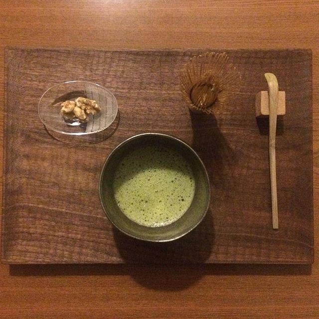 Instagram media by kathykimono - 夜お茶。  気持ちを切り替えたい時こそ、お抹茶を。  よし。  #夜お茶 #抹茶 #matcha #matchatea #うつわ #川端健夫 #村上躍 #greentea #teatime #新田佳子