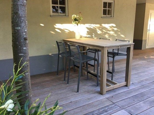 Stoere barset met bartafel van teakhout en moderne barstoelen van aluminium
