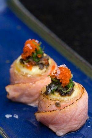 Sushi de salmão com gema de ovo de codorna, ovas de massagô, azeite trufado e flor de sal, do Nakka
