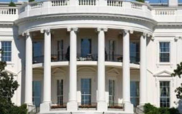 USA: allarme rosso, la casa bianca sotto tiro scattate le misure di sicurezza alla Casa Bianca a causa di una sparatoria avvenuta nella diciassettesima strada. Un uomo è stato ferito e trasportato d'urgenza in ospedale in elicottero.I servizi se #casabianca #usa #barackobama