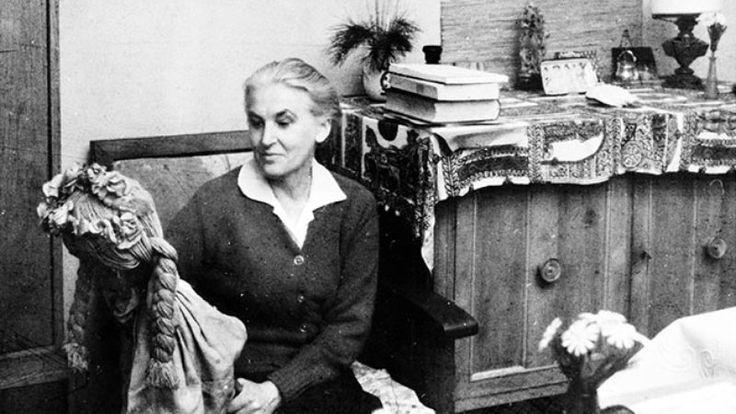 Anna Świrszczyńska w swoim krakowskim mieszkaniu, 1965 r.
