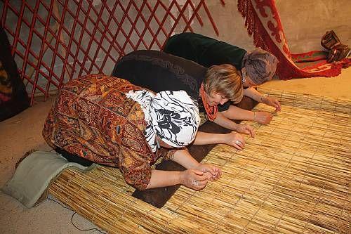 L'art du tapis traditionnel en feutre est l'un des arts premiers du peuple kirghiz et fait partie intégrante de son patrimoine culturel. Les Kirghiz produisent traditionnellement deux types de tapis en feutre : les ala-kiyiz et les chirdaks.