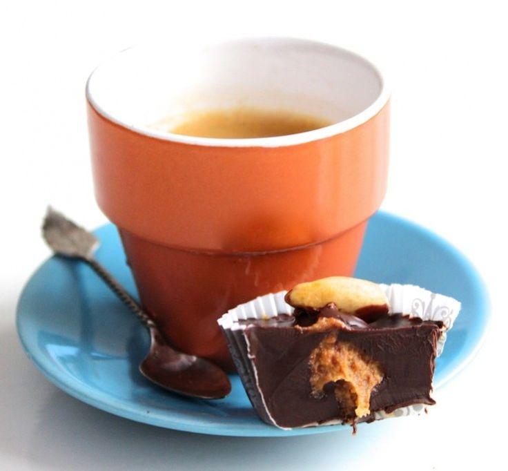 Bonbons met pure chocola en pindakaas mét nootjes. Ooeeh delicious!! :) Ga ik zeker een keer uitproberen...